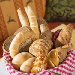 Mehlspeisen, Torten, Pralinen und frisches Gebäck im 4 Sterne Hotel-Garni Binggl in Obertauern, Salzburger Land.